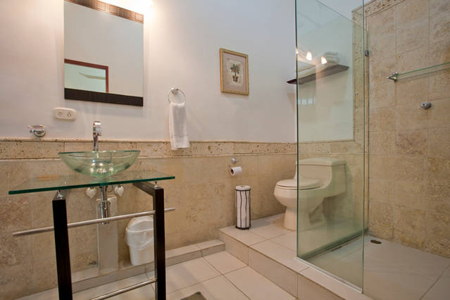 Cartagena Moneda Apartments - bathroom in 2 bed